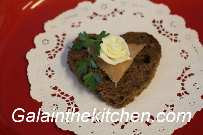 Photo Flower from Butter on Toast with Fish