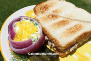 Photo Flower from onion with green onion salad