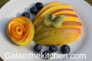 Photo Garnish Mango with Mango Flower and Butterfly from Kiwi