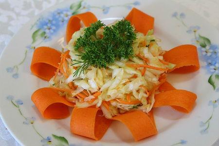 Photo Carrot garnish idea Flower from carrot ribbons