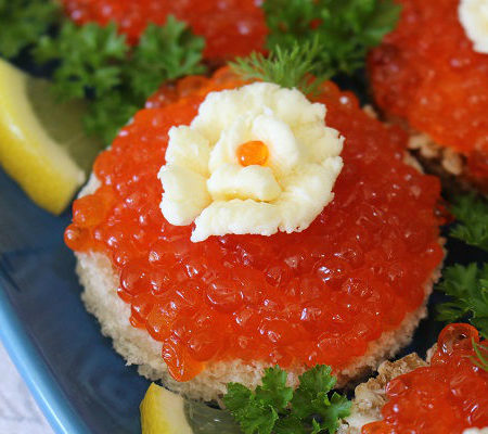Photo How to serve canviar Russian style garnish